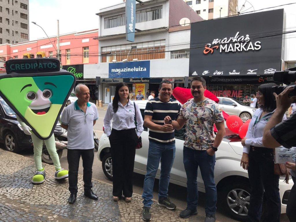 CDL Patos de Minas realizou a entrega do carro 0 km ao ganhador da promoção Sonho de Natal