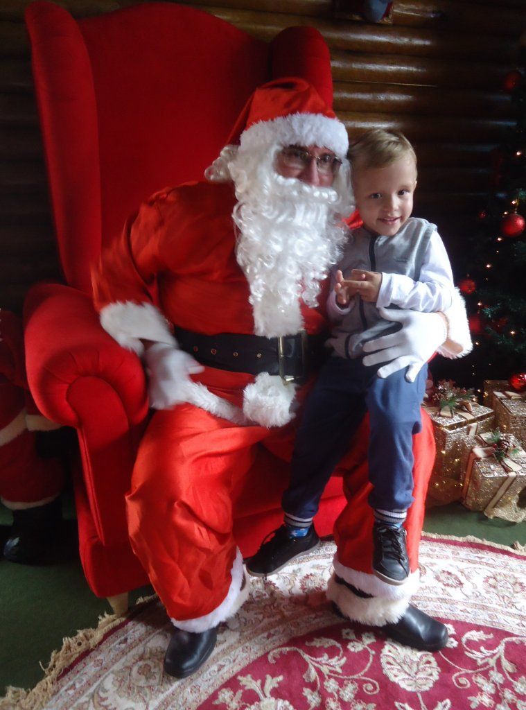 Chegada do Papai Noel atraiu muitas pessoas nas praças centrais de Patos de Minas